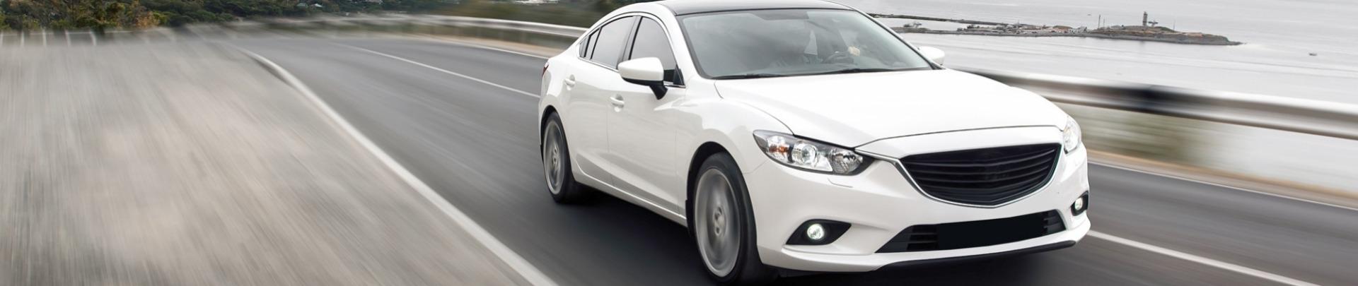 Witte auto rijdt op de weg
